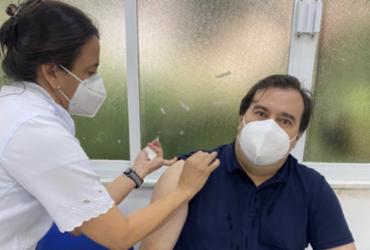 Rodrigo Maia é vacinado contra covid-19 no Rio de Janeiro | Reprodução | Twitter
