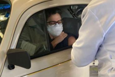 Dentro de um fusca, Sandra Annenberg se vacina contra covid-19 |