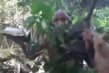 Segurando um tronco, pastor Sargento Isidório diz que vai caçar Lázaro Barbosa | Reprodução | Redes Sociais