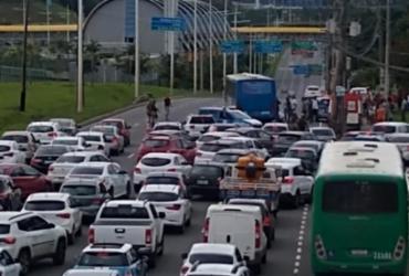 Acidente entre ônibus e moto deixa uma pessoa ferida na Av. Paralela | Reprodução | Cidadão Repórter via Whatsapp