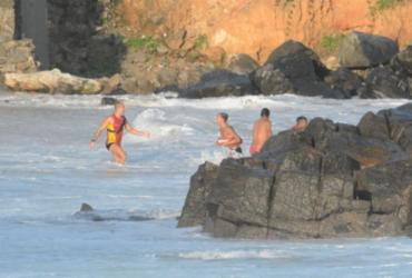 Guarda-vidas resgatam turista paulista que se afogava no Farol da Barra | Divulgação | CBMBA