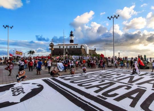 Milhares vão às ruas da capital baiana em novos atos contra o governo | Filipe Iruatã | Ag. A TARDE