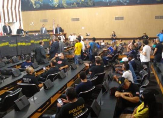 Policiais civis realizam manifestação na Alba contra votação da PEC da Previdência | Foto: Agência A Tarde