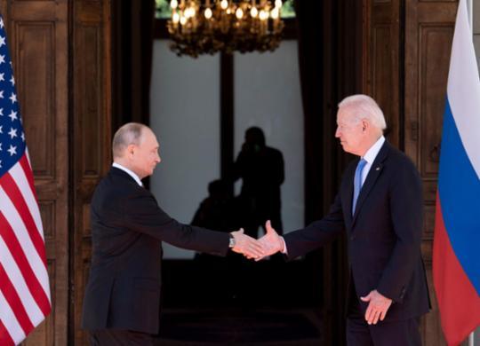 Biden e Putin têm reunião de três horas e fazem gestos para apaziguar relações | Brendan SMIALOWSKI | AFP