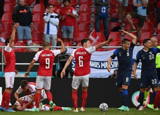 Médicos do futebol detalham como salvar vidas de atletas em caso de mal súbito | Jonathan Nackstrand | AFP | POOL