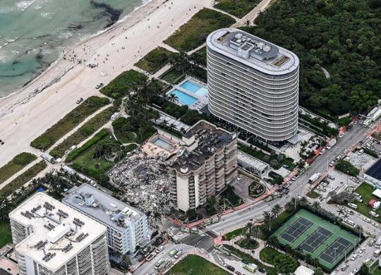 Sobe para 3 os mortos da queda de prédio em Miami; bombeiros buscam sobreviventes   Chandan Khanna   AFP
