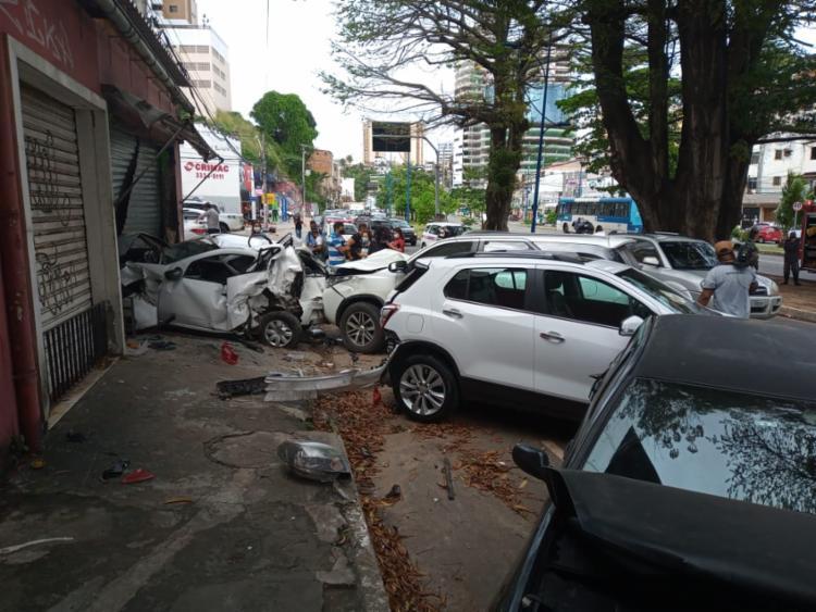 De acordo com informações da Transalvador, um dos veículos acabou invadindo uma loja na localidade e precisará ser guinchado - Foto: Rafael Martins / A Tarde