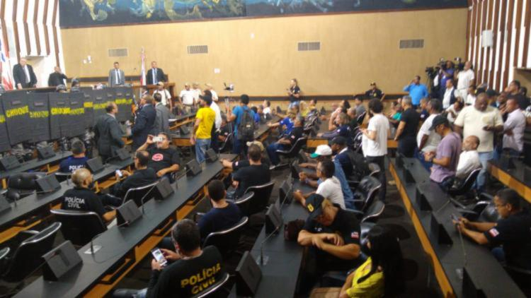 Em janeiro de 2020, policiais sindicalistas armados invadiram o Plenário durante votação da PEC 159 - Foto: Foto: Agência A Tarde