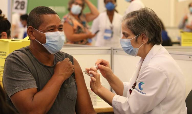 Ritmo de imunização segue acima de 2 milhões de doses ao dia   Foto: Rovena Rosa   Agência Brasil - Foto: Rovena Rosa   Agência Brasil