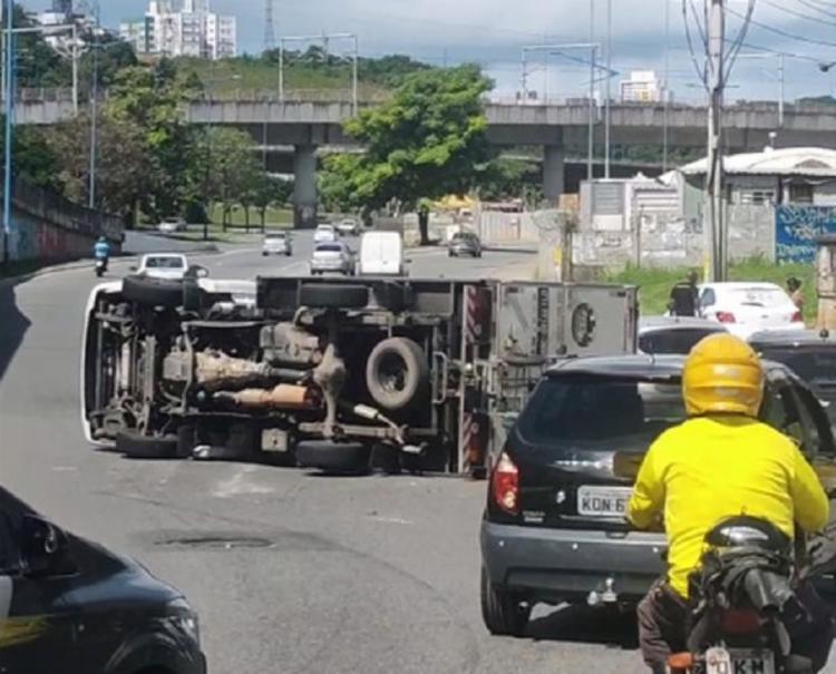 Apesar do transtorno, o motorista não teve ferimentos   Foto: Reprodução   Redes Sociais - Foto: Reprodução   Redes Sociais