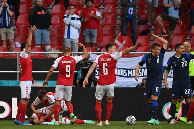 Meia Eriksen caiu desacordado e precisou ser reanimado em jogo da Uerocopa | Foto: Jonathan Nackstrand | AFP | POOL - Foto: Jonathan Nackstrand | AFP | POOL