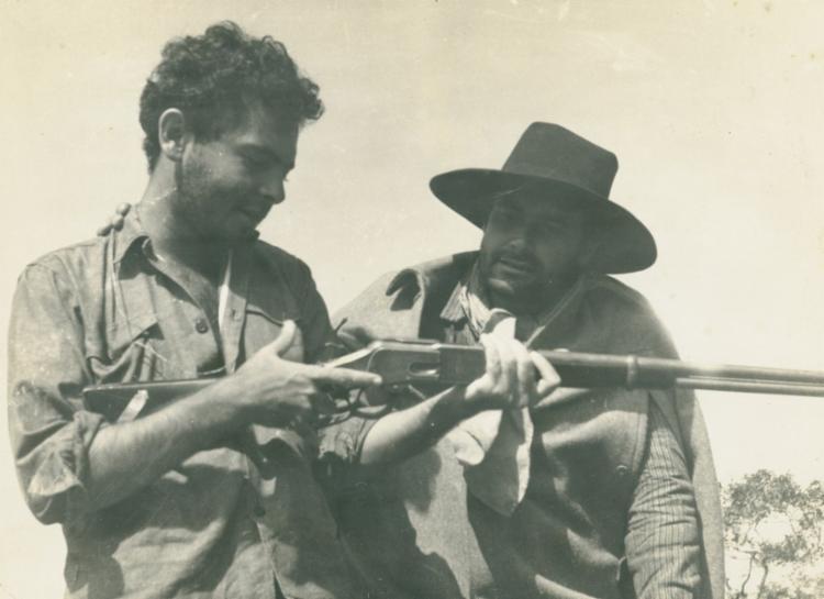 Glauber Rocha, à esquerda, e Maurício do Valle, durante as filmagens de Deus e o diabo na terra do sol   Foto: Divulgação - Foto: Divulgação