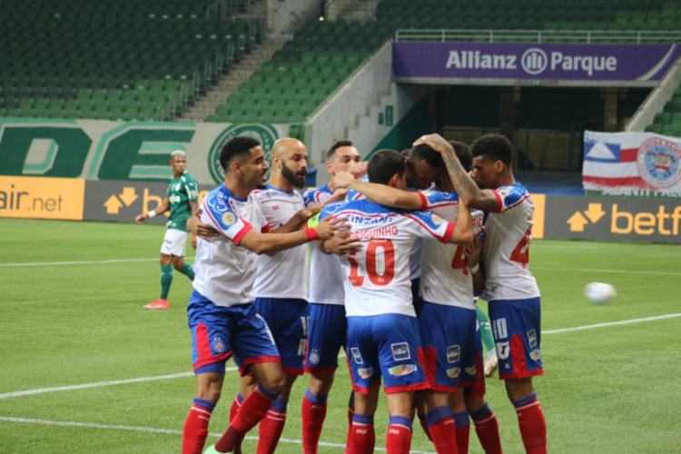 Equipe Tricolor comemorando o gol de empate, do zagueiro Luiz Otávio   FotoRafael Machaddo   EC Bahia