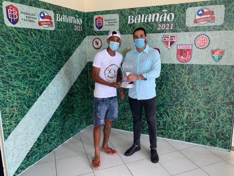 Jogador do Vitória recebeu prêmio das mãos do diretor de Registros da FBF, Felipe Quadros   Foto: Divulgação   E.C.Vitória - Foto: Divulgação   E.C.Vitória