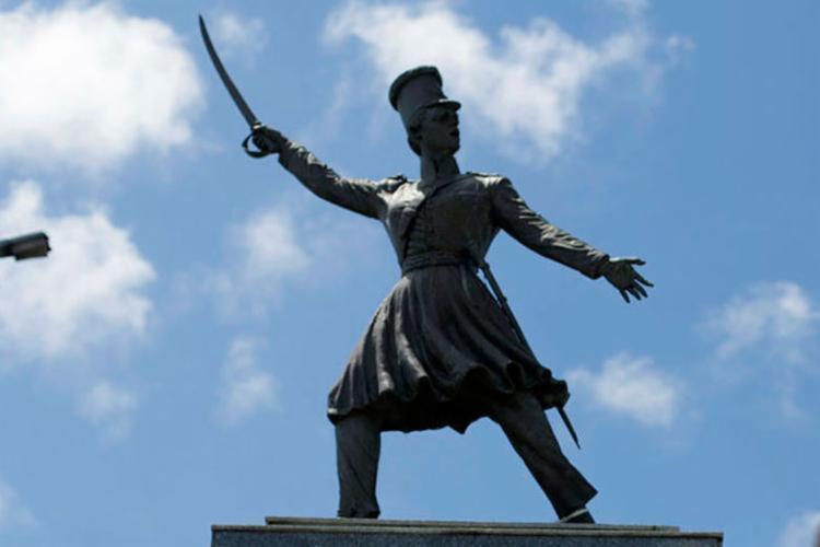 Estétua no bairro da Lapinha em homenagem à heroína da independência, Maria Quitéria - Foto: Raul Spinassé | Ag. A TARDE