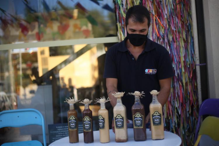 Fábio Alves, produtor de licores artesanais, conta que as vendas em 2020 foram superiores às desse ano - Foto: Raphael Muller / Ag. A TARDE / 17.06.2021