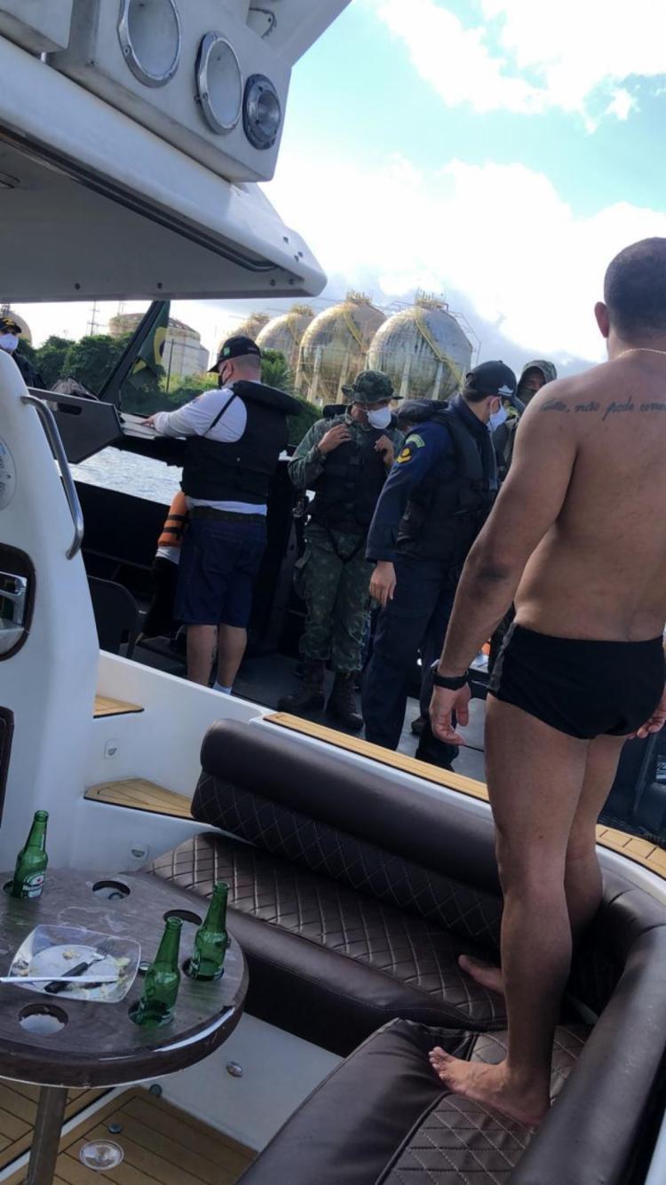 Festas clandestinas estavam sendo realizadas a bordo de uma escuna e de uma lancha | Foto: Divulgação | Marinha do Brasil