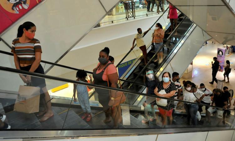 Centros comerciais adotam horário de funcionamento especial neste feriado   Foto: Felipe Iruatã   Ag. A TARDE - Foto: Felipe Iruatã   Ag. A TARDE