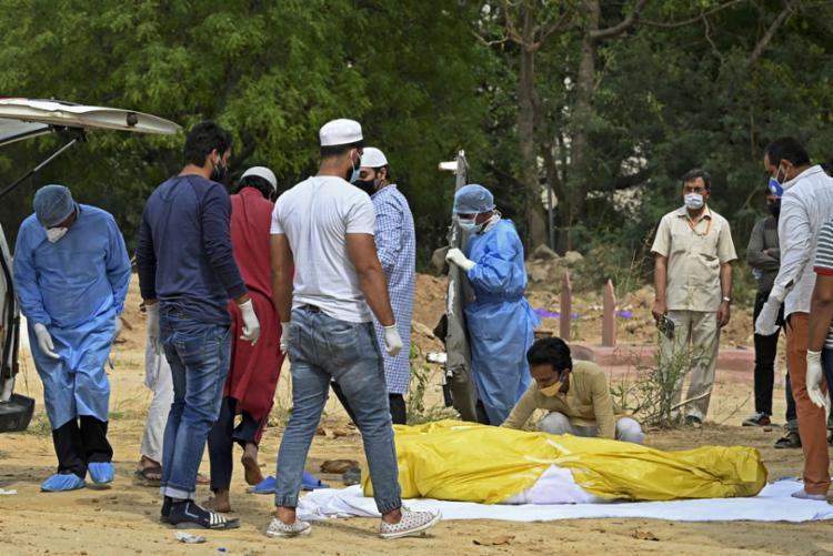 Pacientes têm medo de procurar hospitais e famílias não têm verbas para funerais   Foto: Sajjad Hussain   AFP - Foto: Sajjad Hussain   AFP