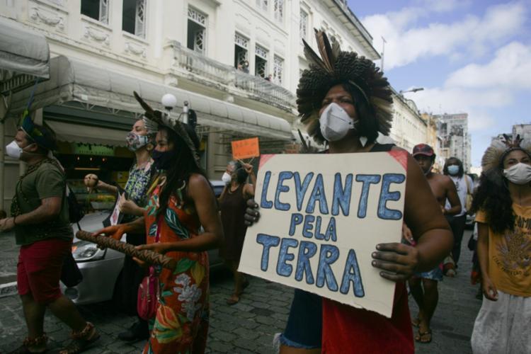 Indígenas reivindicam a retirada do projeto da pauta na Câmara | Foto: Olga Leiria | Ag. A TARDE - Foto: Olga Leiria | Ag. A TARDE
