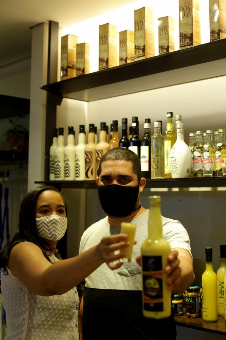 Liliane e Ramon buscam fidelizar os clientes Foto: Adilton Venegeroles | Ag. A TARDE - Foto: Adilton Venegeroles | Ag. A TARDE