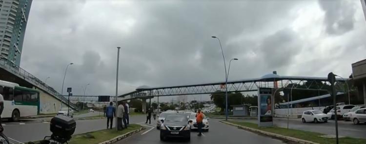 Grupo seguiu em carreata do CAB a Avenida Tancredo Neves | Foto: Reprodução | TV Bahia - Foto: Reprodução | TV Bahia