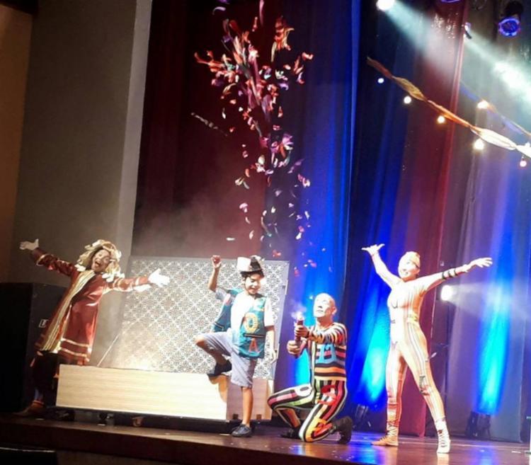 No musical, uma criança que não sabia ler vê tudo mudar com a chegada de um circo bem diferente à sua cidade, que a convida para uma viagem no mundo mágico da literatura infantil.