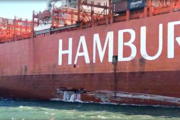 Casco da embarcação ficou avariado após colisão; Travessia ficou paralisada por uma hora mas já foi normalizada - Foto: Reprodução