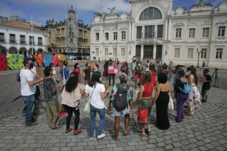 Grupo se reuniu com faixas e cartazes em um protesto educativo | Foto: Olga Leiria | Ag. A TARDE