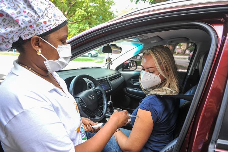 As pessoas que atendem a esse requisito devem se dirigir aos pontos de imunização, das 8h às 12h   Foto: Felipe Iruatã   Ag. A TARDE - Foto: Felipe Iruatã   Ag. A TARDE