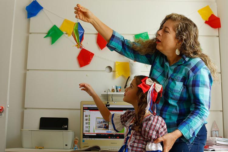 Sofia, de 7 anos, sempre gostou do São João e, pelo segundo ano consecutivo, preserva os festejos em casa, incentivada pela mãe, Maristela | Foto: Rafael Martins | Ag. A TARDE - Foto: Rafael Martins | Ag. A TARDE