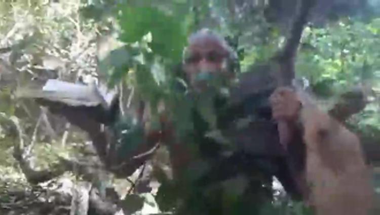 No vídeo, publicado em suas redes sociais, Isidório aparece com uma Bíblia na mão e segurando um tronco | Foto: Reprodução | Redes Sociais - Foto: Reprodução | Redes Sociais