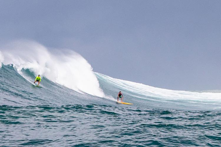 No último domingo, Maurício Abubakir (D) e grupo de amigos surfaram ondas de até 5 m em alto-mar, próximo ao Cristo, na Barra   Foto: @jsurf.bahia   Divulgação - Foto: @jsurf.bahia   Divulgação