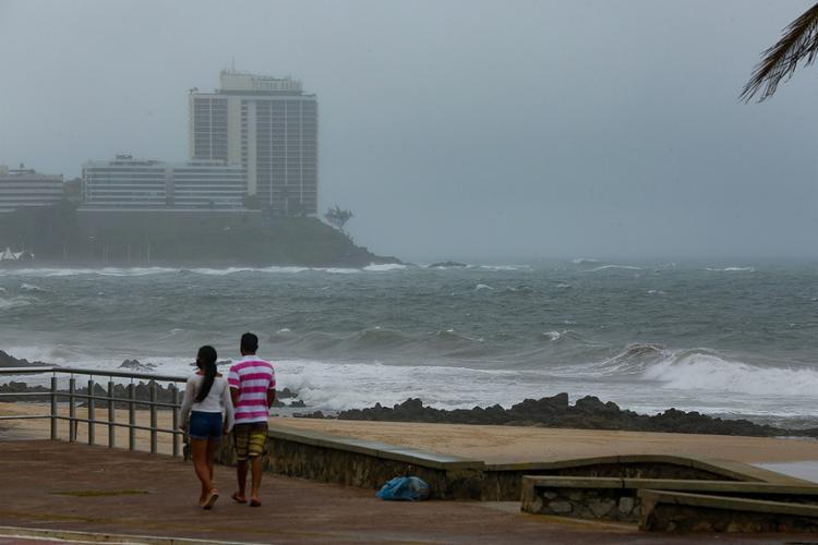 Mau tempo provocou fortes ventos e deixou o mar agitado neste domingo, 27   Foto: Rafael Martins   Ag. A TARDE - Foto: Rafael Martins   Ag. A TARDE
