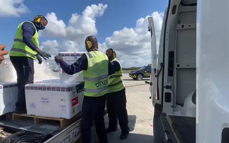 Vacinas chegaram em um avião que pousou no Aeroporto de Salvador às 9h35 | Foto: Divulgação | Sesab - Foto: Divulgação | Sesab