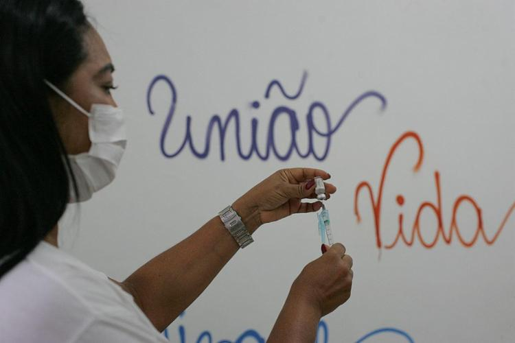 Levantamento apontou que 75% dos prefeitos de 2.826 do país relataram casos de pessoas que querem decidir marca de vacina na hora da imunização - Foto: Olga Leiria | Ag. A TARDE