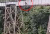 Jovem se confunde, salta de bungee jumping sem equipamentos de segurança e morre na Colômbia | Foto: Redes sociais