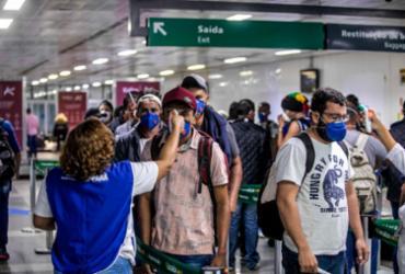 Mulher recusa usar máscara em avião e é retirada por policiais federais; vídeo |