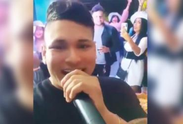 Mulher cai de janela do 2º andar durante show privado na Colômbia e cantor flagra; vídeo | Reprodução/ Redes sociais