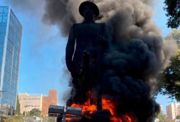 Manifestantes põem fogo em estátua de bandeirantes Borba Gato, em São Paulo | Reprodução/Twitter