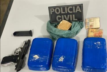 Jovem de 18 anos é presa com tabletes e pedras de crack e pistola em Irecê