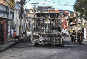 Ônibus deixam de circular no IAPI após veículo ser incendiado | Felipe Iruatã | Ag. A TARDE