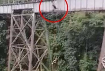 Jovem se confunde, salta de bungee jumping sem equipamentos de segurança e morre na Colômbia | Redes sociais