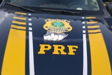 Suspeitos de tráfico são presos transportando 'trouxinhas' de cocaína na BR-324