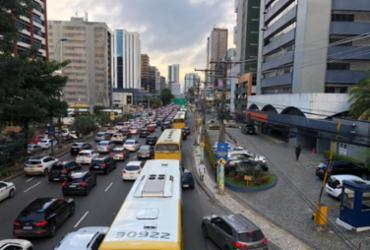 Obras e vacinação deixam trânsito congestionado em diversos pontos da capital