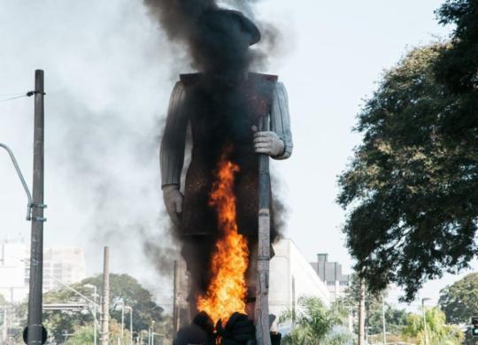 Manifestantes que atearam fogo na estátua de Borba Gato serão presos, diz prefeitura de São Paulo | Reprodução/ Instagram