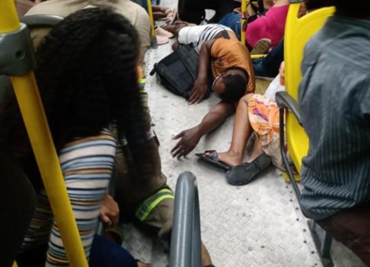 Cinco pessoas são baleadas e uma morre em assalto a ônibus em Salvador   Reprodução   Redes Sociais