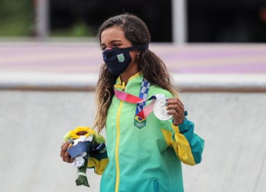 'Fadinha' Rayssa Leal conquista a prata no skate street feminino   Wander Roberto   COB