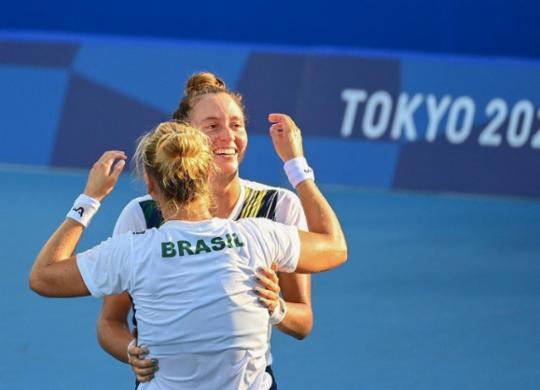 Luisa Stefani e Laura Pigossi são bronze nas duplas em Tóquio   Vincenzo Pinto   AFP
