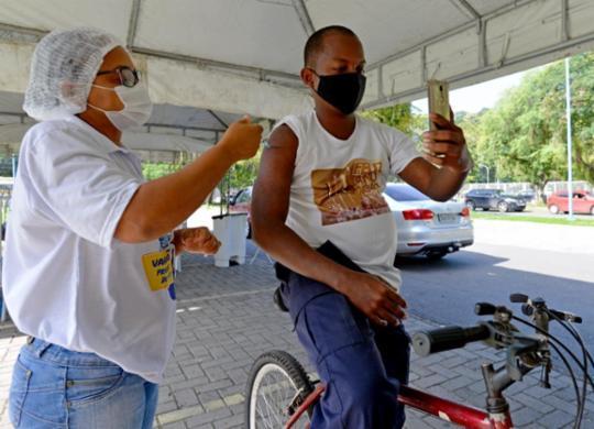 Salvador retoma aplicação da 1ª dose e inicia vacinação de pessoas com 32 anos | Shirley Stolze | Ag A TARDE